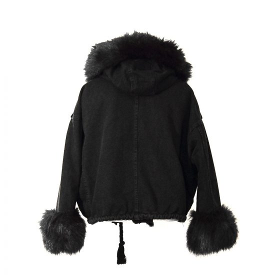 moda-urbana-chaqueta-vaquera-ponpon-negra-detras-soria-novias