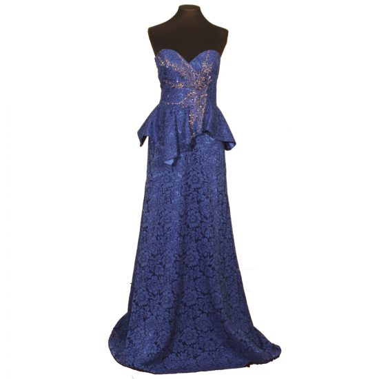 vestido-largo-encaje-azul-escote-corazon-pedreria-delante-soria-novias